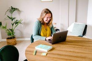 Danique van Digital Roadmap achter laptop